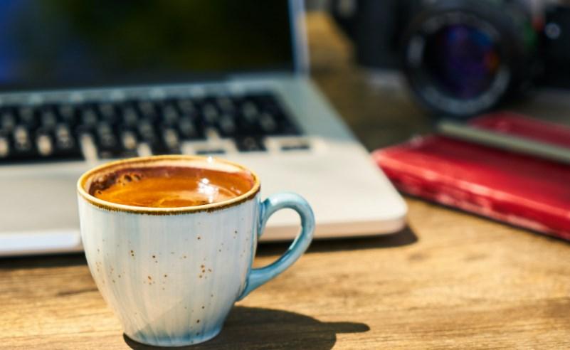 kahve laptop fotoğraf makinesi