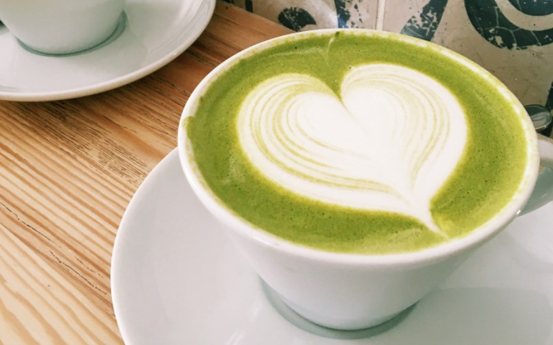 yeşil kahve fincanda