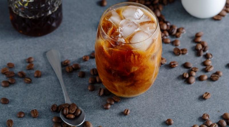 buzlu meksika kahvesi ve kahve çekirdekleri